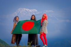 Pockhara,尼泊尔, 9月, 06 -2017 :关闭佩带hijab和拿着旗子的三名美丽的尼泊尔妇女  库存照片