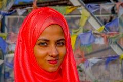Pockhara,尼泊尔, 9月, 06 -2017 :美丽的尼泊尔妇女画象在被弄脏的背景中的佩带一桃红色hijab 图库摄影