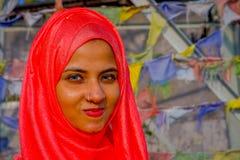 Pockhara,尼泊尔, 9月, 06 -2017 :美丽的尼泊尔妇女画象在被弄脏的背景中的佩带一桃红色hijab 免版税库存照片