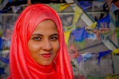 Pockhara,尼泊尔, 9月, 06 -2017 :美丽的尼泊尔妇女画象在被弄脏的背景中的佩带一桃红色hijab 免版税图库摄影
