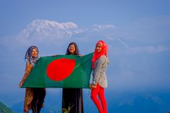 Pockhara, Νεπάλ, 06 Σεπτεμβρίου, -2017: Κλείστε επάνω τριών όμορφων νεπαλικών γυναικών που φορούν ένα hijab και που κρατούν μια σ Στοκ φωτογραφία με δικαίωμα ελεύθερης χρήσης