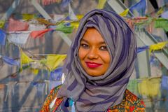 Pockhara, Νεπάλ, 06 Σεπτεμβρίου, -2017: Πορτρέτο της όμορφης νεπαλικής γυναίκας που φορά ένα πορφυρό hijab θολωμένο Στοκ Εικόνα