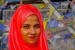 Pockhara, Νεπάλ, 06 Σεπτεμβρίου, -2017: Πορτρέτο της όμορφης νεπαλικής γυναίκας που φορά ένα ρόδινο hijab σε ένα θολωμένο υπόβαθρ Στοκ Φωτογραφίες
