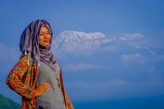 Pockhara, Népal, septembre, 06 -2017 : Fermez-vous de la belle femme népalaise portant un hijab à un arrière-plan de nature Photographie stock libre de droits