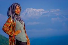 Pockhara, Népal, septembre, 06 -2017 : Fermez-vous de la belle femme népalaise portant un hijab à un arrière-plan de nature Images stock