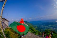 Pockhara, Népal, septembre, 06 -2017 : Fermez-vous des belles femmes népalaises portant un hijab et tenant un drapeau dans le leu Image stock