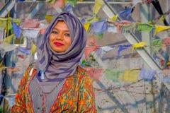 Pockhara, Népal, septembre, 06 -2017 : Portrait de la belle femme népalaise portant un hijab pourpre dans brouillé Photographie stock libre de droits