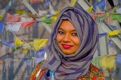 Pockhara, Népal, septembre, 06 -2017 : Portrait de la belle femme népalaise portant un hijab pourpre dans brouillé Image stock