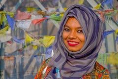 Pockhara, Népal, septembre, 06 -2017 : Portrait de la belle femme népalaise portant un hijab pourpre dans brouillé Photographie stock