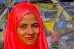 Pockhara, Népal, septembre, 06 -2017 : Portrait de la belle femme népalaise portant un hijab rose à un arrière-plan brouillé Photo stock