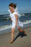 Poco ángel en la playa imagen de archivo