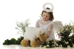 Poco ángel que tiende un cordero Imagen de archivo