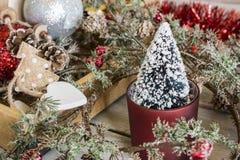 Poco árbol de navidad en guirnalda Fotografía de archivo libre de regalías