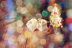 Poco árbol de navidad, pequeñas cajas, conos, rama del pino Imagen de archivo libre de regalías