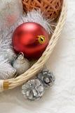 Poco árbol del Año Nuevo juega en el primer de la caja Fotografía de archivo