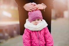 Poco 2 años de la muchacha del niño en paseo del invierno Foto de archivo libre de regalías