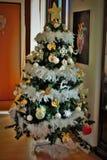 poco albero di Natale in una casa immagini stock libere da diritti