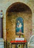 poco altare a vergine Maria con il bambino santo Immagine Stock