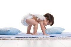 Poco angelo che gioca con i cuscini Fotografie Stock Libere da Diritti