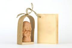Poco angelo di preghiera dell'argilla con una scheda Fotografie Stock