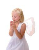 Poco angelo: Ragazza che prega, ali da portare Fotografie Stock Libere da Diritti