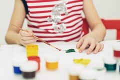 Poco 6 anni di ragazza con il giocattolo della pittura Immagini Stock