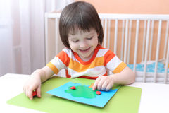 Poco 3 años de muchacho que modela el manzano del playdough Imágenes de archivo libres de regalías