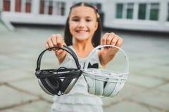 Poco auricular que se sostiene adolescente Fotografía de archivo libre de regalías