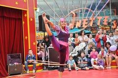 Poco bailarín del aro del hola del circo en la aldea de Disney Imágenes de archivo libres de regalías