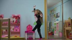 Poco baile activo de la muchacha almacen de metraje de vídeo