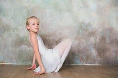Poco ballerino di balletto che fa allungamento prima dell'esercizio Fotografie Stock