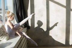 Poco ballerino di balletto che fa allungamento prima dell'esercizio Fotografia Stock