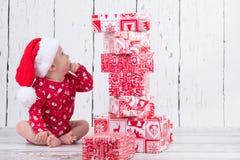 Poco bambino di natale con la torre del regalo Fotografie Stock Libere da Diritti