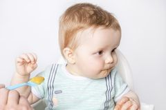 Poco bambino non vuole mangiare immagini stock libere da diritti