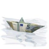 Poco barco de papel con el euro cinco Imagen de archivo