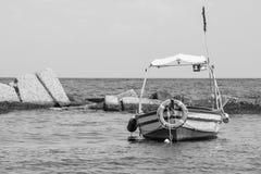 Poco barco de pesca en el embarcadero fotografía de archivo libre de regalías
