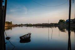 Poco barco en el pantano Foto de archivo libre de regalías
