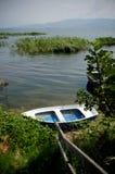 Poco barco en la orilla Fotos de archivo