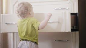 Poco bebé escoge su ropa fuera del aparador almacen de metraje de vídeo