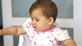 Poco bebé mastica verduras La mamá alimenta a un pequeño niño con una cucharada de las verduras para el almuerzo almacen de video