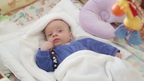 Poco bebé no duerme almacen de video