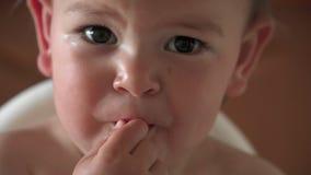 Poco beb? que come su cena solamente con los fingeres de la placa 4k almacen de metraje de vídeo