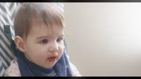 Poco bebé que es FED de la madre almacen de video