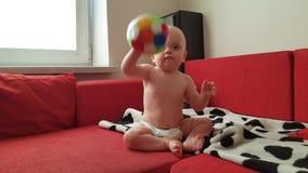 Poco bebé que juega la bola almacen de metraje de vídeo