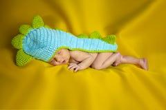 Poco bebé recién nacido en un fondo amarillo imágenes de archivo libres de regalías