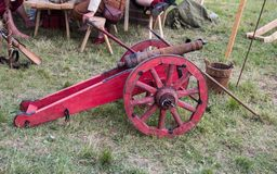 Poco cañón viejo en las ruedas Reconstrucci?n hist?rica imagen de archivo