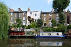 Poco canal de Venecia, casas y barco de casa en Londres Foto de archivo libre de regalías