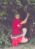 Poco capo motor de montar a caballo rojo en el bosque Imagen de archivo