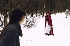 Poco cappuccio di guida rosso incontra un lupo nella foresta fotografia stock libera da diritti