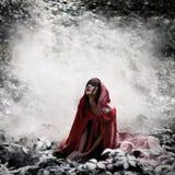 Poco cappuccio di guida rosso nella foresta selvaggia Fotografia Stock Libera da Diritti